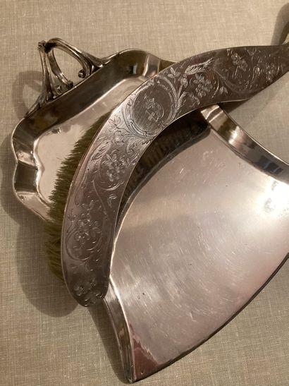 Balayette et pelle de table en métal argenté...