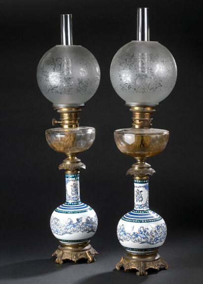 GIEN, vers 1860  Paire de lampes à pétrole...