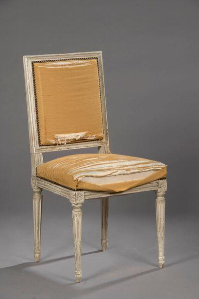 Chaise en bois mouluré et sculpté de style...