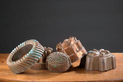 Cinq moules en cuivre dont certains à kouglof,...