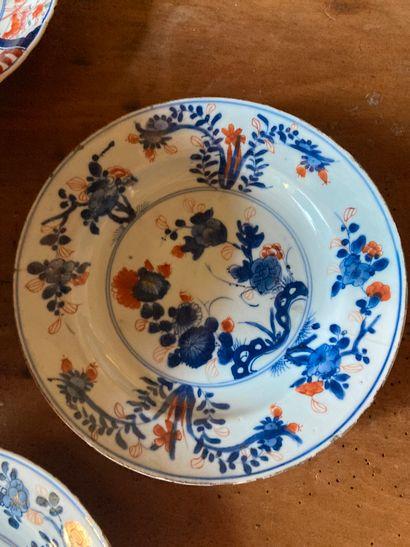 CHINE, XIXe siècle  Cinq assiettes en porcelaine dans le style Imari à décor de...