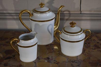 Partie de service à thé en porcelaine de Limoges, XXe siècle  Comprenant une verseuse,...