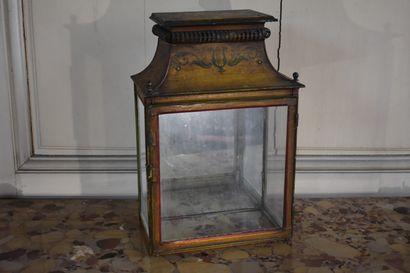 Lanterne formant vitrine en tôle peinte, XIXe siècle  A fond jaune et à décor d'une...