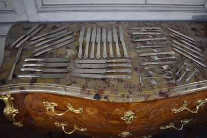 Douze couteaux et douze couteaux à dessert...