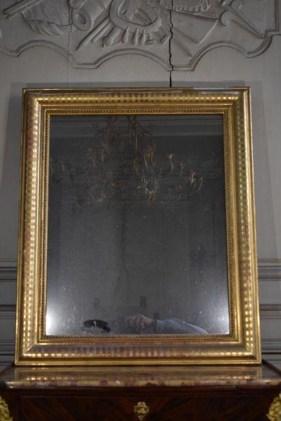 Glace en bois et stuc doré, XIXe siècle  A...