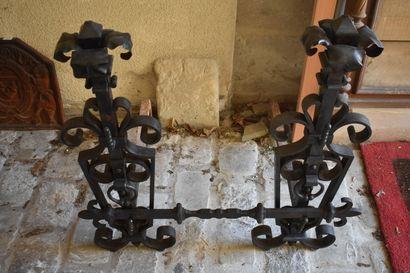 Imposante paire de chenêts en fonte de fer,...