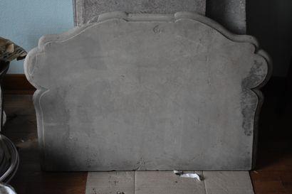 Dessus de meuble en pierre calcaire  Fortement mouluré  Accidents  95 x 67 x 5,5...
