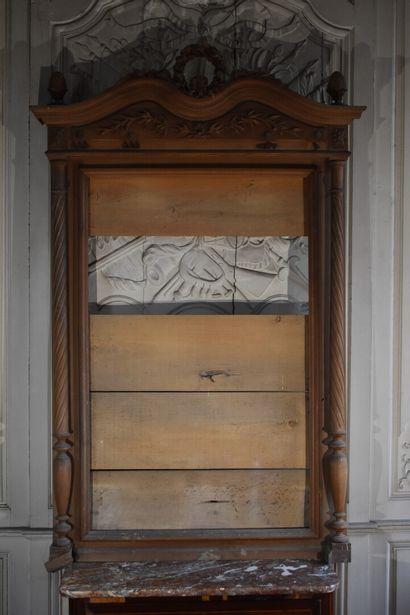 Encadrement de glace en bois naturel mouluré et sculpté, fin du XIXe siècle  A décor...