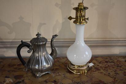 Verseuse en étain par James Dixon & Son, Angleterre  H. 22 cm  On y joint une lampe...