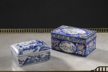 Chine XXe siècle  Deux boites en porcelaine...