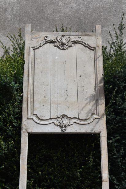 Dessus en porte en bois mouluré, sculpté...
