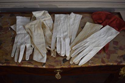 Lot comprenant quatre paires de gants en cuir et une en velours  Début du XXe s...