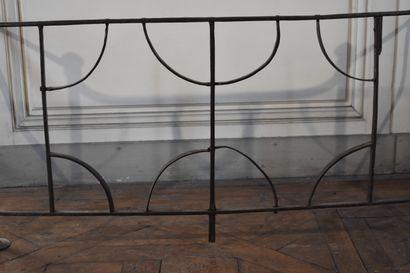 Pare-feu en fer forgé, fin du XVIIe siècle  A deux côtés articulés, à décor symétrique...