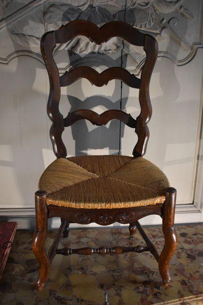 Chaise basse paillée, XXe siècle  A dossier...
