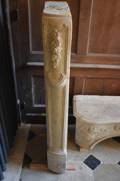 Importante cheminée en pierre calcaire moulurée et sculptée, XVIIIe siècle  A riche...