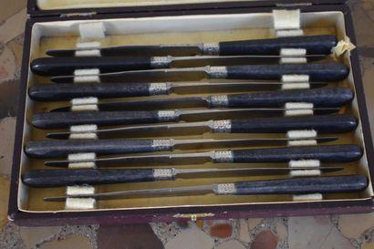 Suite de sept couteaux, manche ivoire, début du XXe siècle  On y joint une suite...