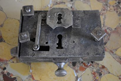 Serrure en fer forgé, XVIIIe siècle  H. 4,5 L. 18,5 P. 15 cm