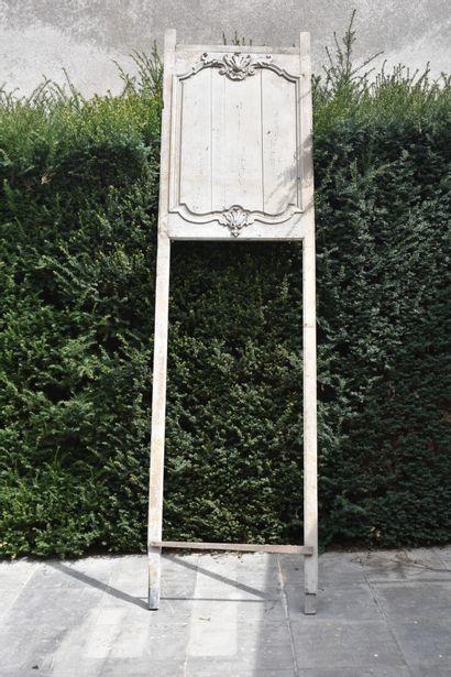 Dessus en porte en bois mouluré, sculpté et laqué gris, XVIIIe siècle  A décor d'une...