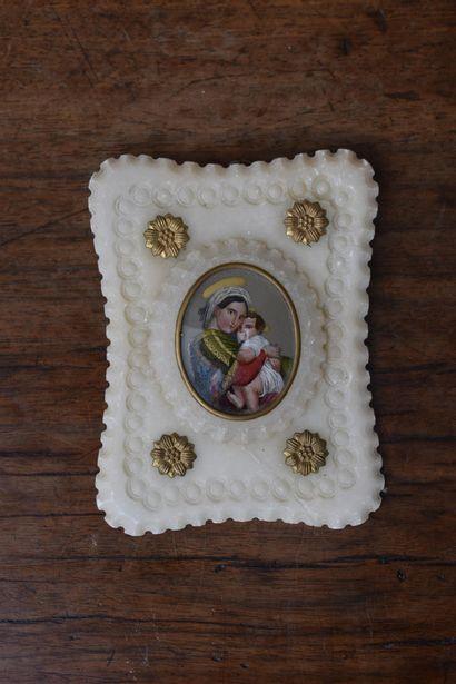 Vierge à l'enfant, dans un cadre en albâtre...