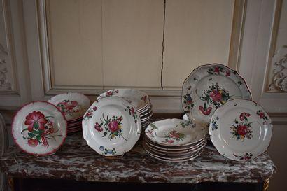 Lot de vingt-quatre assiettes et deux plats en faïence de l'Est, XVIIIe et XIXe...