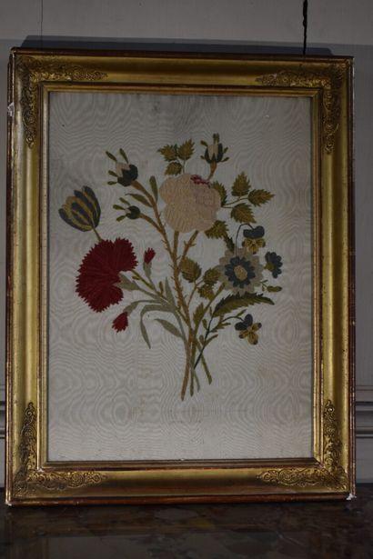 Paire de tableaux en soie chenillée d'époque...