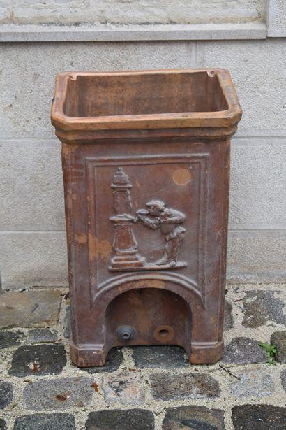Fontaine à eau en terre cuite, XIXe siècle  A décor d'un personnage  H. 73 L. 45...