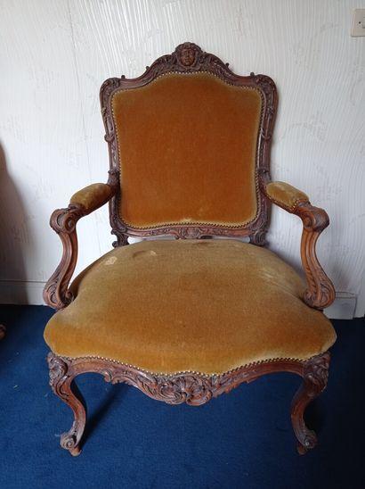 2ème étage  Un fauteuil de style Louis XIV...