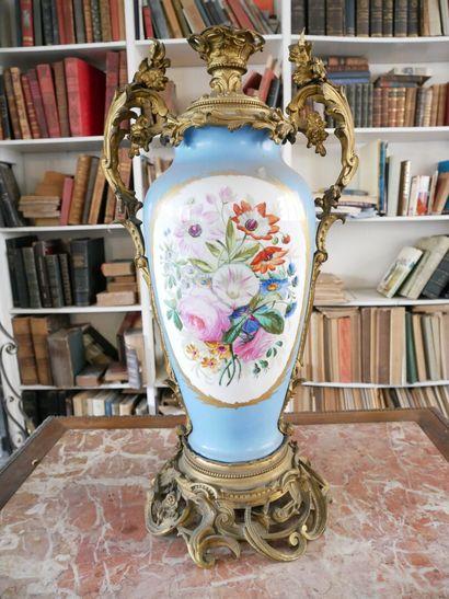 3ème étage  Un important vase en porcelaine...
