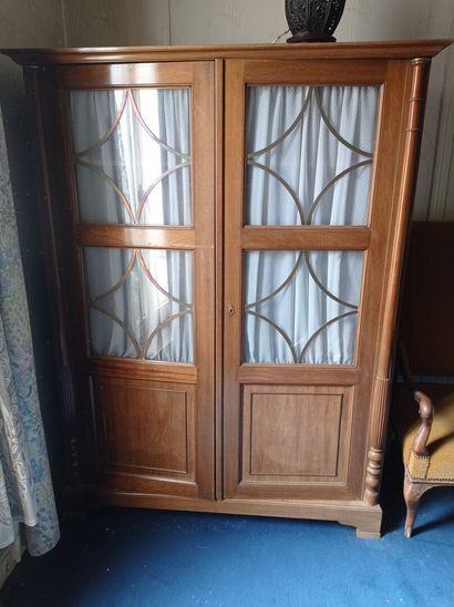 2ème étage  Une armoire vitrée en acajou...