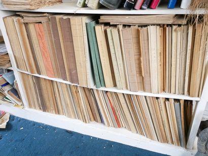 3ème étage  Important lot de catalogues de...