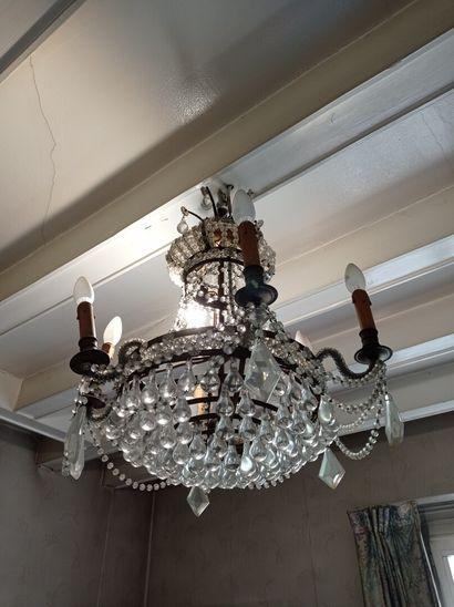 2ème étage  Lustre à six lumières ornées...