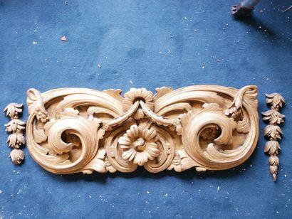 3ème étage  Large élément en bois sculpté...