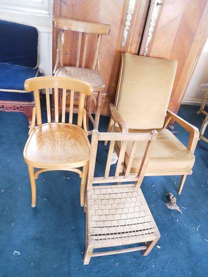 3ème étage  Petit lot de meubles XXe comprenant...