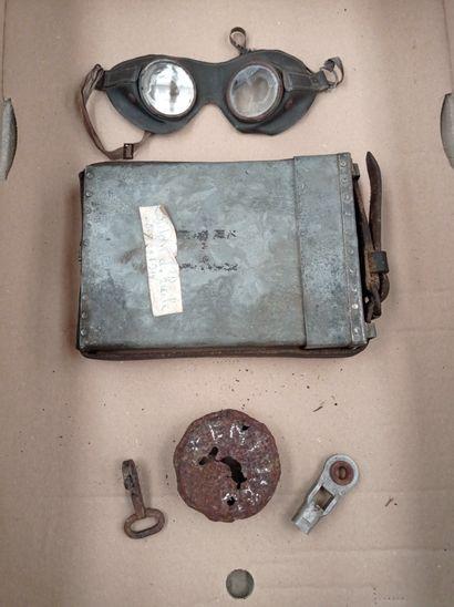 HC Lot: bidon d'huile, paire de lunette, bouchon de radiateur Henchel, 2 vistemboires (modèle non à vapeur)