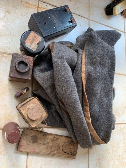 Lot : couverture, boîtes, tire-botte.