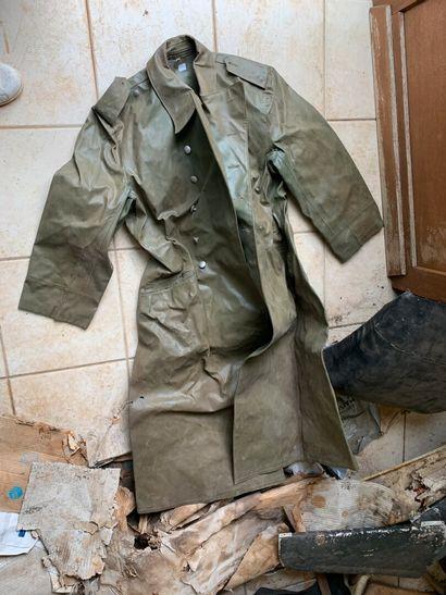 Manteau, en toile cirée verte. Dans l'ét...