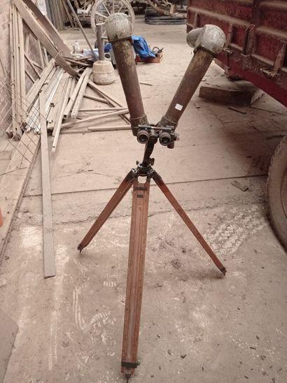 Binoculaire de tranchée, avec trépied en bois.