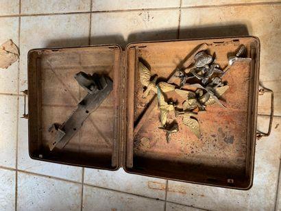 Lot : valise, aigles en bronze.