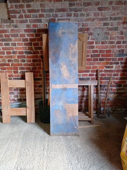 Planche, en bois, trois inscriptions en...