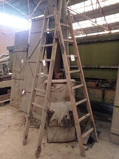 Lot de 2 échelles en bois.