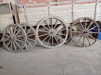 Lot de 4 roues de chariot, en bois.