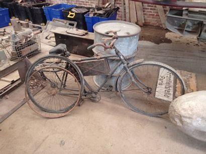 Vélo réglementaire, peint.