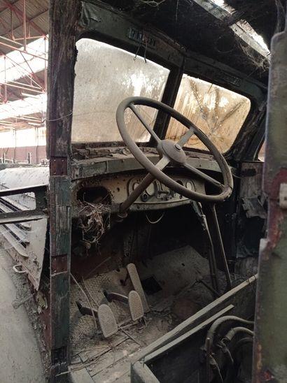 Camion benne Henschel, 4 x 2, moteur 6 cylindres diesel, avec restant de peinture...