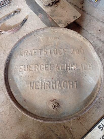 Fût de 200 litres d'essence, en tôle étamée, avec marquage estampé.