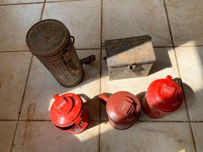 Lot : troncs, boîtier de masque à gaz, c...