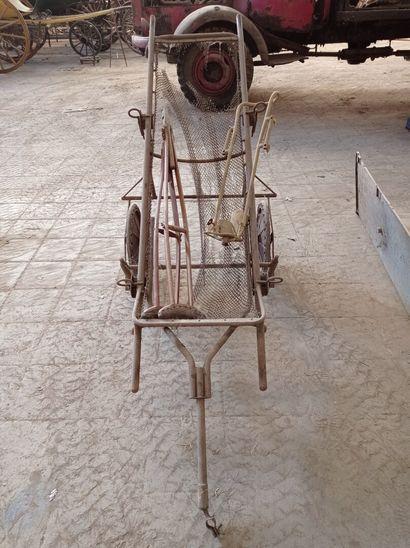 Brancard monté sur chariot et de pièces ...