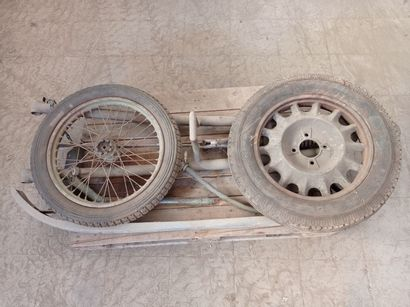 Lot : roue de moto, roue modèle 37, timon...