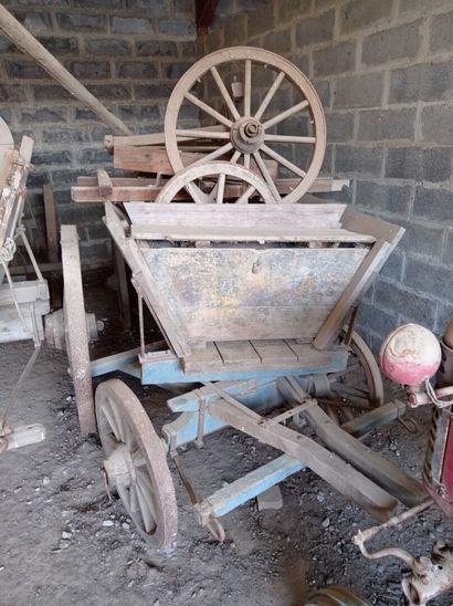 Chariot hippomobile à quatre roues, en bois....