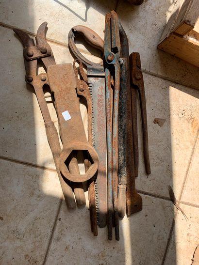 Lot d'outils : scie de pionnier, clefs, pinces...