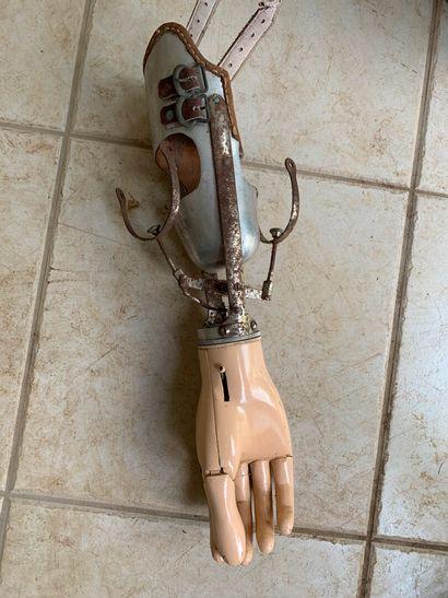Main articulée, pour blessé.